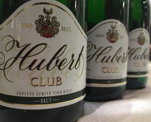 vino-zeny-hubert-club-na-stole